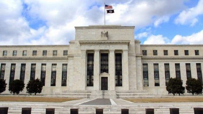 Fed znizil urokovu sadzbu, ale do konca roka by k dalsej zmene dojst nemalo. Britania sa docka dalsich predcasnych volieb